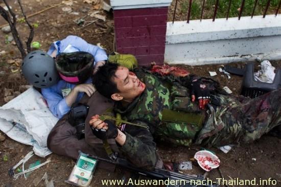 Red-shirt Leaders - Bangkok, Thailand - 19. Mai. 2010: kanadischer Journalist Chandler Vandergrift und ein thailändischer Soldat liegen schwer verwundet, nachdem er von einer Granate