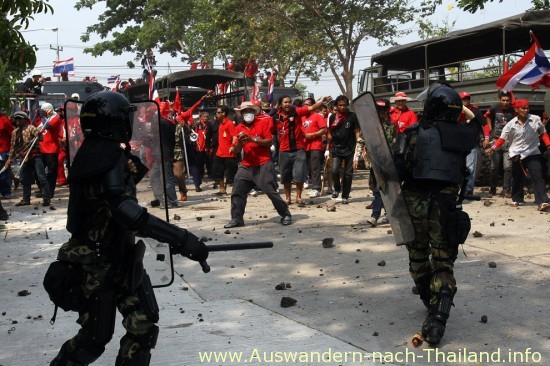 Thailand - Bei blutigen Auseinandersetzungen im Mai 2010 in Bangkok starben mindestens 88 Demonstranten, über 1800 wurden verletzt. Die Rothemden - UDD Demonstration - Unruhen der Roten