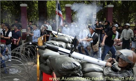 Bei blutigen Auseinandersetzungen am 14. Mai in Bangkok starben mindestens 16 Demonstranten, über 150 wurden verletzt. Das Militär geht mit aller Härte gegen die Rothemden vor und schießt scharf mitten in die Menschenmengen.