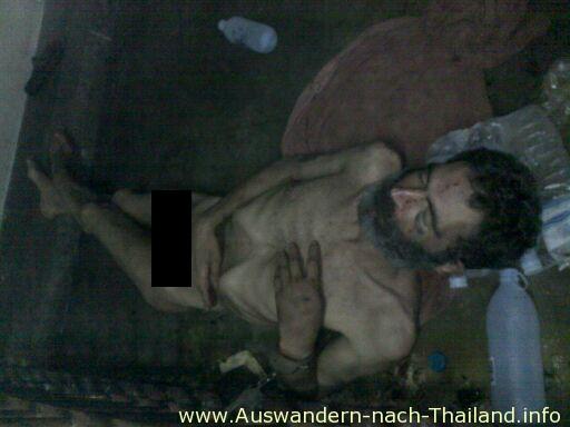 Dieses schrecklichen Bilder zeigen einen 53 Jahre alten britischen Staatsbürger der nackt an die Gitterstäbe einer Polizeistation in Pattaya gefesselt wurde.