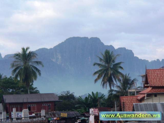 Strasse in Vangvieng zur Tropfstein Höhle in Laos