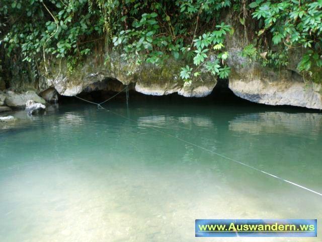Vangvieng Eingang im Wasser zur Tropfstein Höhle in Laos