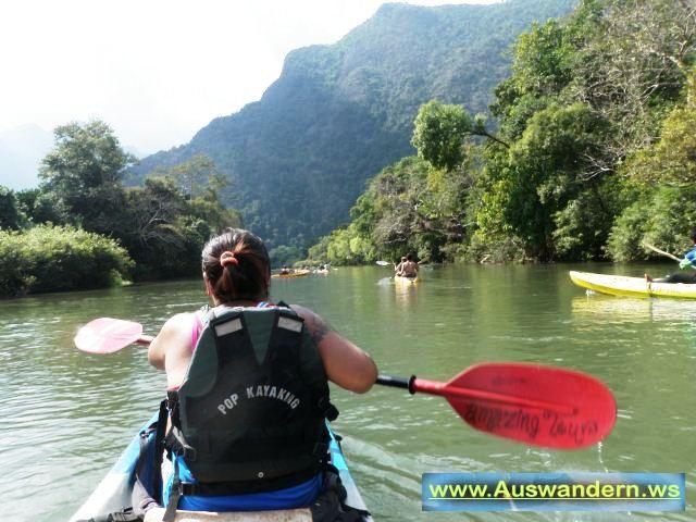 Vangvieng - mit dem Kayak auf einem Nebenfluss vom Mekong in Laos