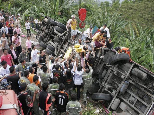 Schwerer Busunfall in Phuket. - Der schuldhafte Busfahrer ergriff wie üblich die Flucht vom Unfallort.