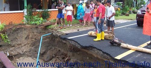 Eine Straße in der Provinz Surat Thani (Koh Samui) wurde beschädigt und mehrere Autos wurden von der Straße gefegt.