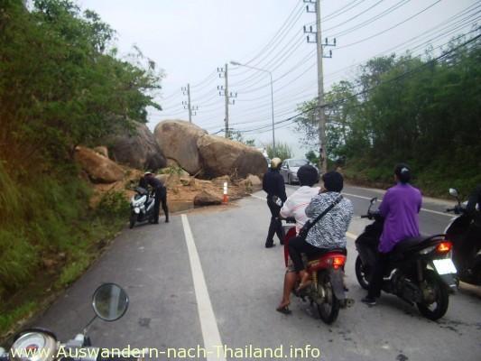 Thailand 7 Hochwasser - Big Rock - Auf der Strasse von Koh Samui / Lamai nach Chaweng ist ein ganzer Hang abgerutscht. Die Strasse ist immer noch blockiert. Riesige Felsbrocken liegen auf der Strasse.