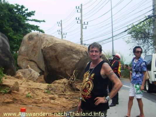 Thailand / Hochwasser - Big Rock - Auf der Strasse von Koh Samui / Lamai nach Chaweng ist ein ganzer Hang abgerutscht. Die Strasse ist immer noch blockiert. Riesige Felsbrocken liegen auf der Strasse. Das musste ich mir natürlich ansehen.