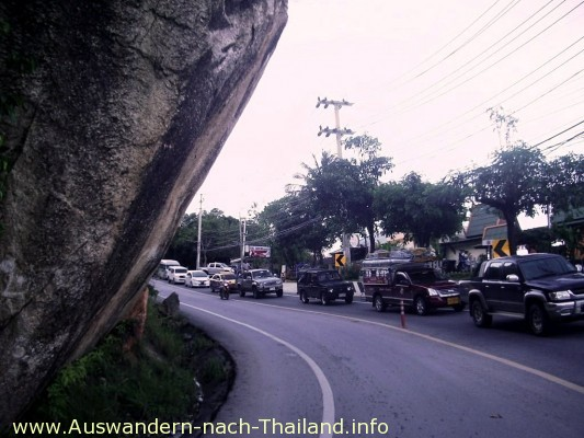 Thailand / Hochwasser - Big Rock - Auf der Strasse von Koh Samui / Lamai nach Chaweng ist ein ganzer Hang abgerutscht. Die Strasse ist immer noch blockiert. Riesige Felsbrocken liegen auf der Strasse.